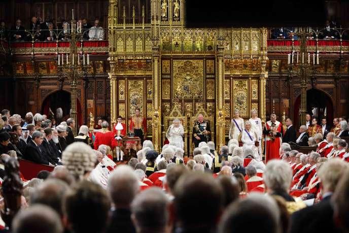 La reine Elizabeth II lors de son discours devant les élus en ouverture de la nouvelle session parlementaire à Londres, le 14 octobre.