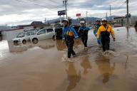 Des sauveteurs fouillent une zone inondée parla rivière Chikuma, à la suite du typhon Hagibis, au Japon, le 14 octobre.