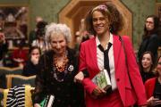 Margaret Atwood et Bernardine Evaristo reçoivent le Booker Prize à Londres, le 14 octobre.