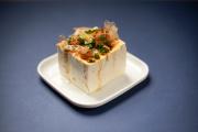 Tofu, bonite et gingembre composent le hiyayakko de Jun Yasumato.