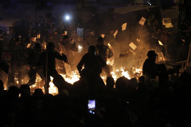 Affrontements entre manifestants et forces de l'ordre, mardi soir à Barcelone.