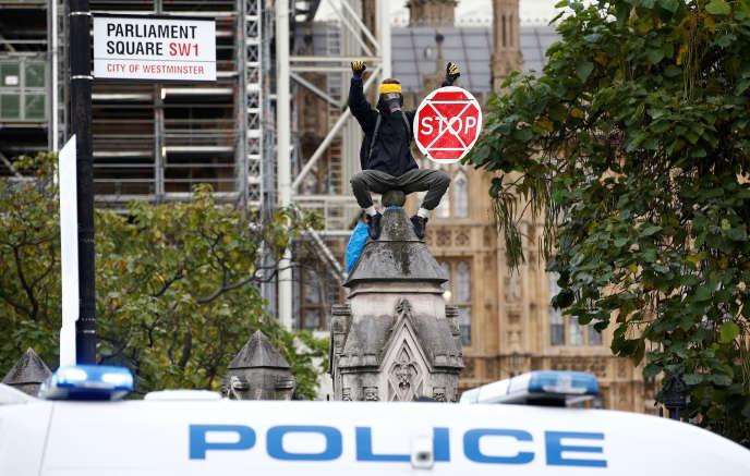 Un militant d'Extinction Rebellion devant le Parlement britannique, à Londres, le 15octobre.
