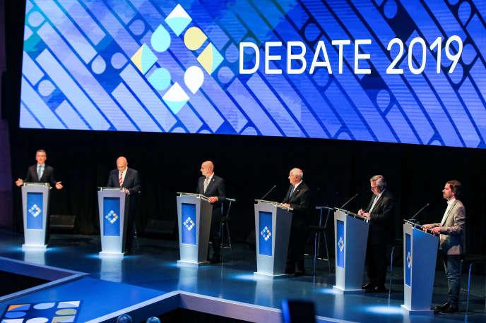 Le chef d'Etat argentin sortant, Mauricio Macri (à gauche), lors du débat pour l'élection présidentielle, à Santa Fe, le 13 octobre.