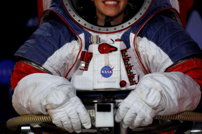 L'ingénieurede la NASA Kristine Davis enfile la nouvelle combinaison pour marcher sur la Lune, présentée le 15 octobre à Washington.
