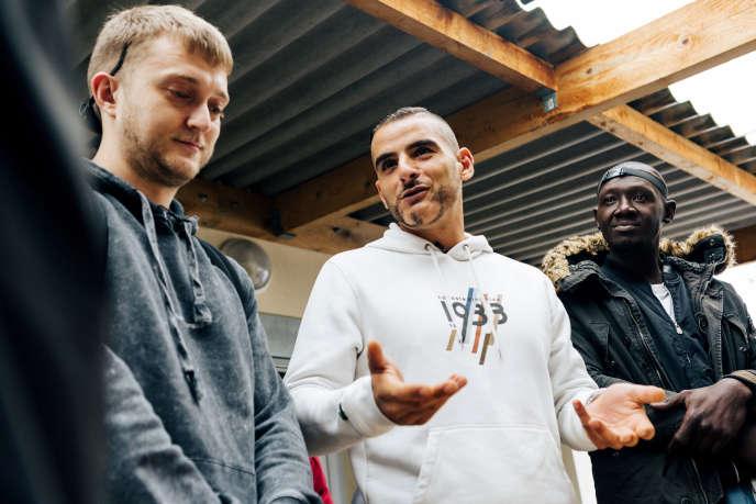 Fianso (au centre) et Vald (à gauche) rendaient visite aux usagers d'une boutique solidaire de la Fondation Abbé-Pierre à Gagny (Seine-Saint-Denis), le 26 septembre.