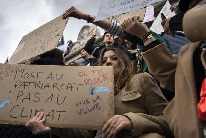 Sur la pancarte : « Mort au patriarcat, pas au climat», lors d'une manifestation organisée lors de la journée de la femme à Paris, le 8 mars.