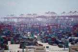 Des containers sont entreprosés au port de Shanghaï, le 6 août.