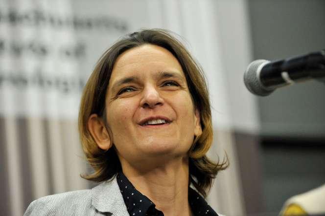 Esther Duflo reçoit son prix nobel d'économie à l'université MIT de Cambridge, Massachusetts le 14 octobre.
