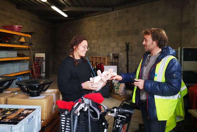 Anna, technicienne du réemploi, et Guillaume Mercier, directeur de l'association LaRessource AAA, donnent une seconde vie aux objets.