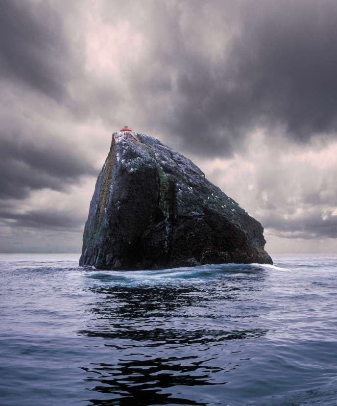 This pyramidal rock 25 meters wide, located 300 kilometers west of the Scottish coast, unofficially belongs to the United Kingdom.