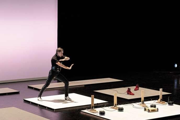 Israel Galván dans son spectacle de flamenco «Israel & Israel», présenté dans le cadre de Némo, Biennale des arts numériques, à la Maison du Japon, à Paris.