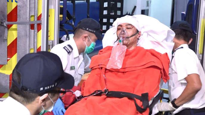 Jimmy Sham, une des figures du mouvement de contestation à Hongkong, est pris en charge par des ambulanciers, mercredi 16octobre, à Hong Kong.