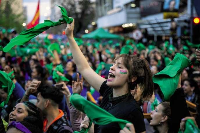 Une marée verte, la couleur du combat pour l'IVG, a envahi les rues de La Plata, le dimanche 13 octobre au soir.