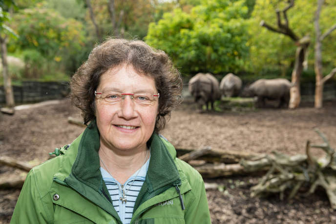 Béatrice Steck posant devant Quetta, Orys et Shakti –Quetta est la mère d'Orys–,au zoo de Bâle (Suisse), le 8 octobre.