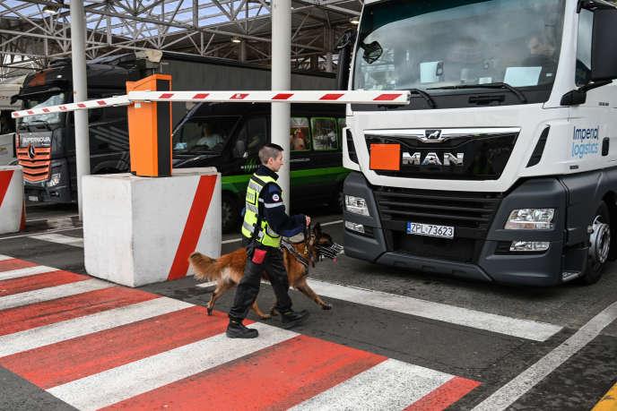 Un employé d'Eurotunnel effectue des vérificationsàCalais le 17 septembre, lors d'un exercice pour tester les contrôles des douanes en cas de Brexit.