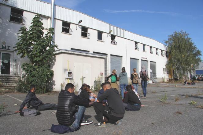 Devant l'entrepôt occupé par des migrants, dans une zone industrielle au sud-est de Rennes, le 14 septembre.