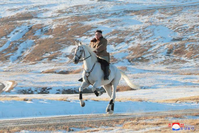 Le dirigeant Kim Jong-un galope sur un cheval sur le montPaektu, en Corée du Nord, photo publiée le 16 octobre par l'agence officielle.