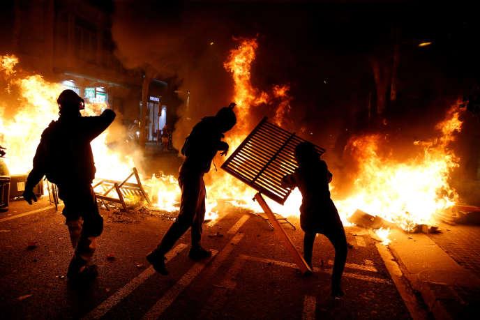 Une des barricades érigées par les manifestants indépendantistes à Barcelone (Espagne), le 15 octobre.
