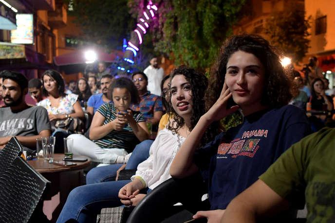 Des jeunes Tunisiennes regardent le débat télévisé de l'élection présidentielle sur une terrasse de café, le 7 septembre 2019, à Tunis.