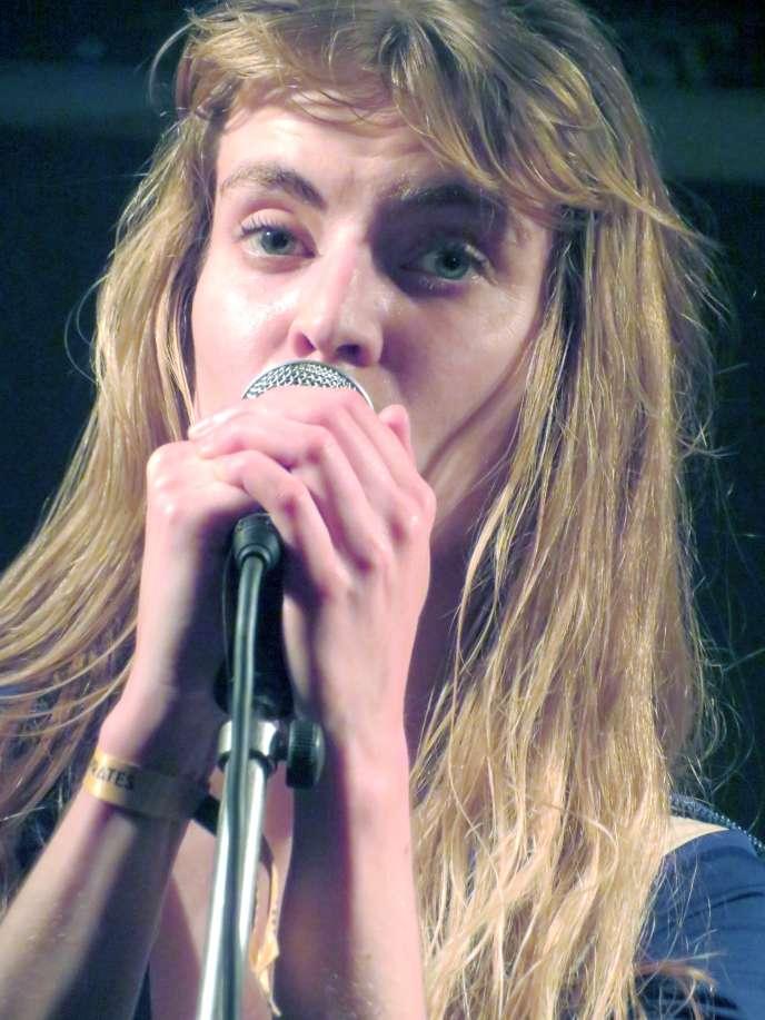 L'écrivaine et musicienne Blandine Rinkel,en concert à Amiens, le 3 mai 2018.