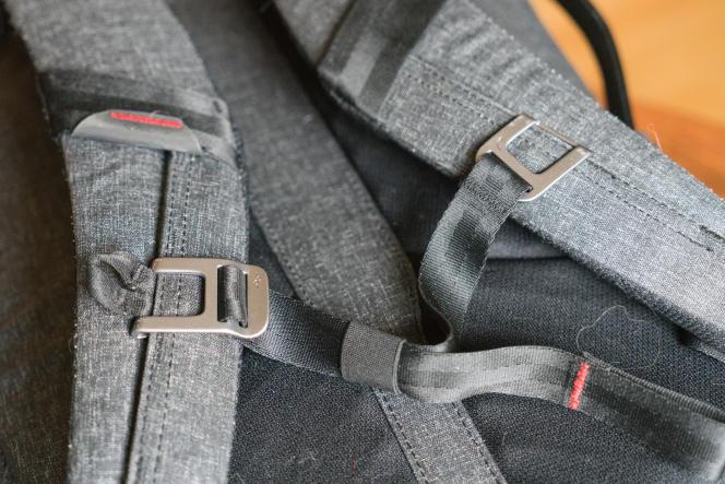 Les sangles de poitrine et de ceinture améliorent le confort de l'Everyday Backpack sur la durée. Vous pouvez positionner la sangle de poitrine (en photo) à diverses hauteurs sur les bretelles.