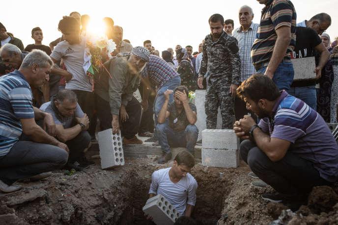 Cette photo d'un enterrement à Kamechliyé a été prise le 12 octobre, avant que les deux journalistes du « Monde» présents dans le Nord-Est syrien, Laurence Geai et Allan Kaval, ne quittent la région par mesure de sécurité.