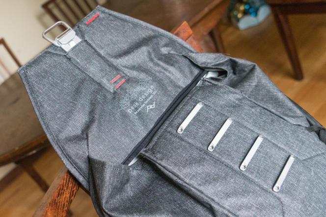 Les multiples accroches de l'Everyday Backpack autorisent une fermeture serrée, quel que soit le contenu.