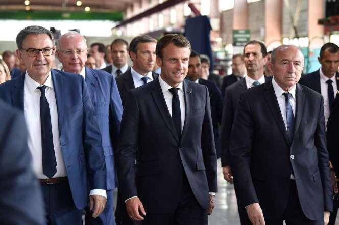Emmanuel Macron entouré du maire de Lyon, Gérard Collomb (à droite) et du président de Lyon métrople, David Kimelfeld (à gauche), le 8 juillet.