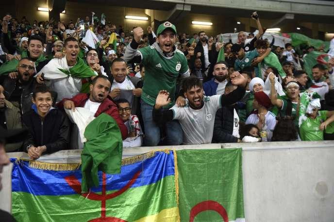 Des supporteurs algériens lors d'une rencontre amicale face à la Colombie, au stade Pierre-Mauroy de Villeneuve-d'Ascq (Nord), le 15 octobre.