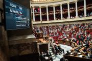 Un écran retransmet les résultats du vote sur le projet de loi relatif à la bioéthique, à l'Assemblée nationale, mardi 15 octobre.