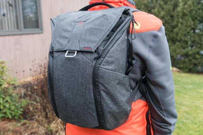 Le Peak Design Everyday Backpack s'adapte à des silhouettes et à des tailles très variées.