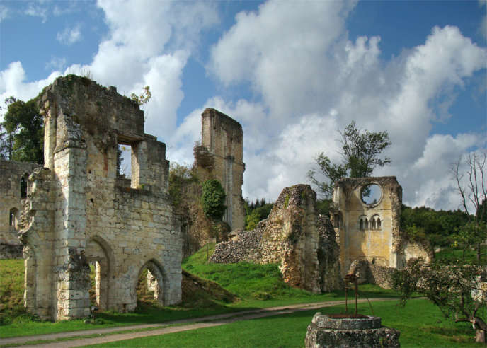 Ruines de l'abbaye de Mortemer, dans la forêt de Lyons, dans l'Eure.