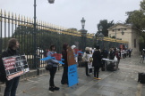 Manifestation de militants de l'association Paris animaux zoopolis, mercredi 16octobre, devant l'entrée du Jardin des plantes à Paris.