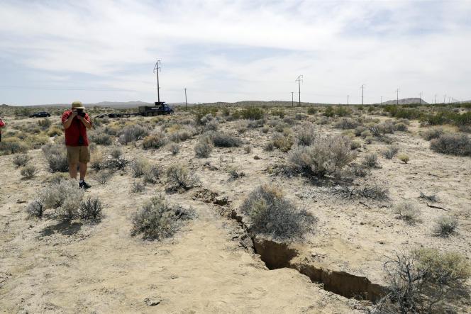 Fissure dans le sol apparue en Californie après un séisme, en juillet.