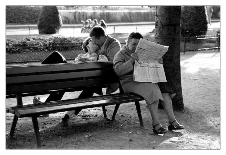 «Jardin du Palais-Royal à Paris, 1985. Chacun a ses propres préoccupations sans réaliser vraiment ce qu'il se passe de l'autre côté. Et c'est exactement ce qui m'a plu dans ma vie de photographe : saisir ces instants où l'humain et ses émotions occupent le tout premier plan.»