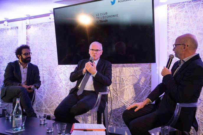 Jean-Bernard Lévy, PDG d'EDF, entouré de Nabil Wakim (à gauche sur la photo) et de Philippe Escande (à droite), tous deux journalistes au« Monde».