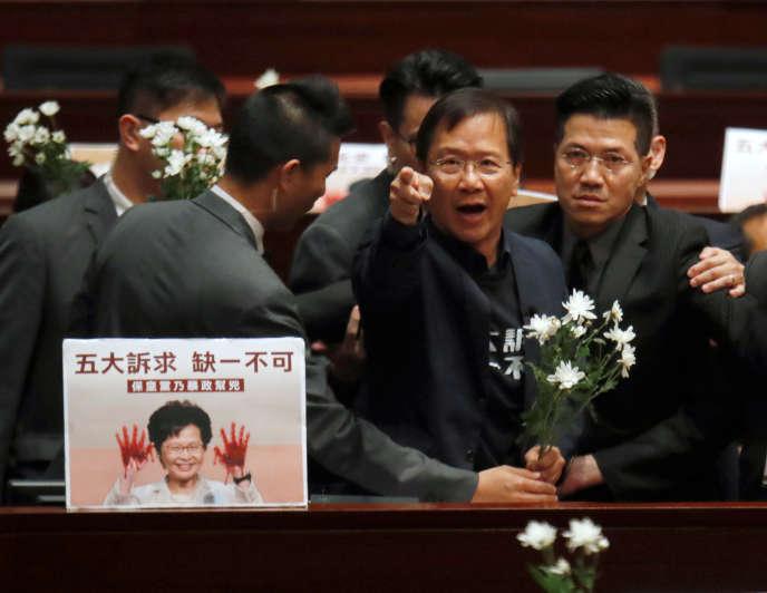 Mais le chaos s'est de nouveau abattu sur la chambre quand des conseillers de l'opposition se sont mis à scander des slogans. Plusieurs ont dû être escortés en dehors de l'hémicycle par les services de sécurité.