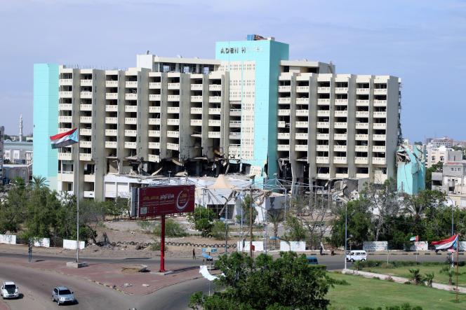 Vue d'un hôtel endommagé par les combats entre les forces progouvernementales et les séparatistes du Sud, dans le port d'Aden, au Yémen, le 17 octobre.