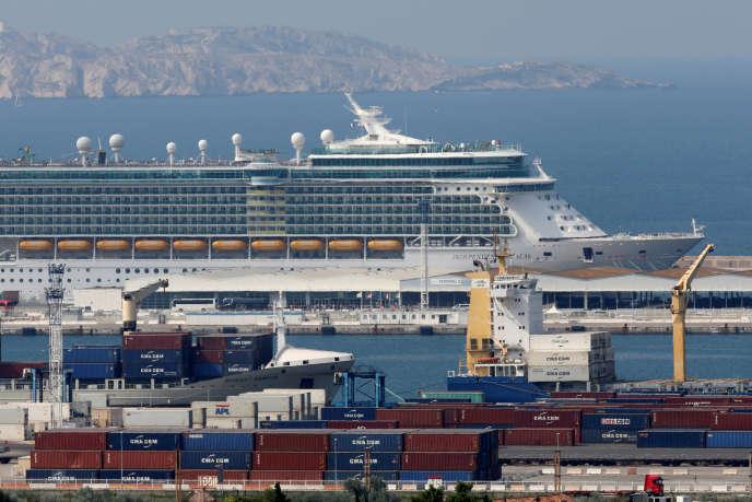 Un paquebot géant dans le grand port maritime de Marseille Fos, le 5 juillet 2018.