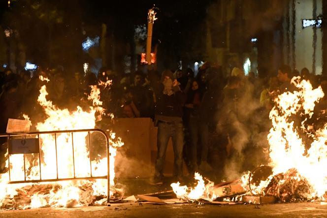 Des indépendantistes catalans ont monté des barricades qu'ils ont ensuite enflammées dans le centre de Barcelone, en Espagne, jeudi 17octobre.