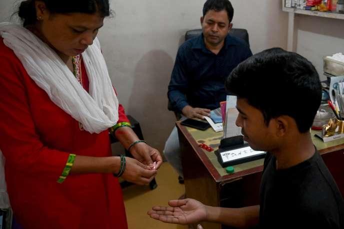 Distribution de la dose journalière de traitement contre la tuberculose dans un centre de soins à New Delhi, le 29 septembre.