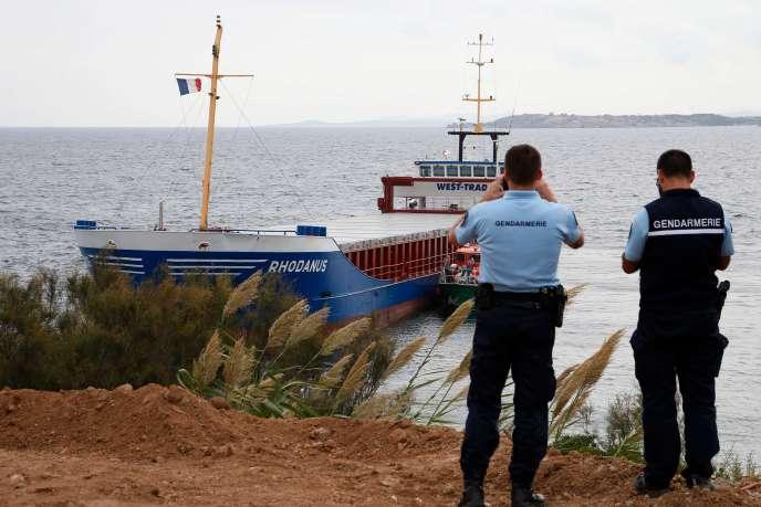 Des gendarmes regarde le cargo«Rhodanus» échouéprès de Bonifacio (Corse), le 13 octobre.