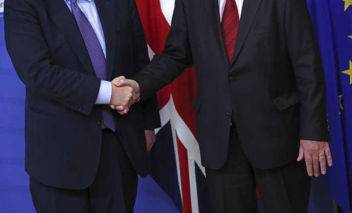 Le premier ministre britannique Boris Johnson, à gauche, serre la main du président de la Commission européenne Jean-Claude Juncker à Bruxelles, le 17 octobre.