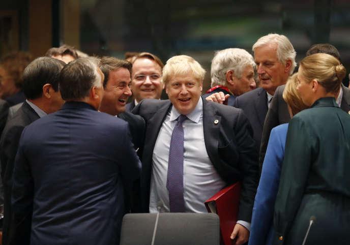 Le premier ministre britannique Boris Johnson félicité après un nouvel accord du Brexit au Sommet européen à Bruxelles, le 17 octobre.
