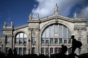 Des passants devant la gare du Nord, à Paris, le 10 octobre.
