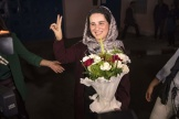 La journaliste marocaine,Hajar Raissouni, brandit le signe de la victoire à sa sortie de prison, à Rabat, le 16 octobre.