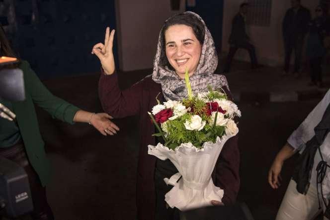 La journaliste marocaine,Hajar Raissouni, brandit le signe de la victoire à sa sortie de prison, à Rabat, le 16 octobre 2019.