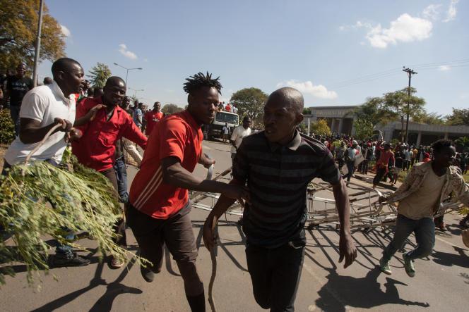 Le 20 juin 2019, devant le Parlement à Lilongwe, manifestation de l'opposition à la réélection du président malawite, Peter Mutharika, un mois plus tôt.