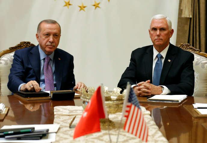 Le président turc Recep Tayyip Erdogan et le vice-président américain Mike Pence à la table des négociations à Ankara, Turquie, le 17 octobre.