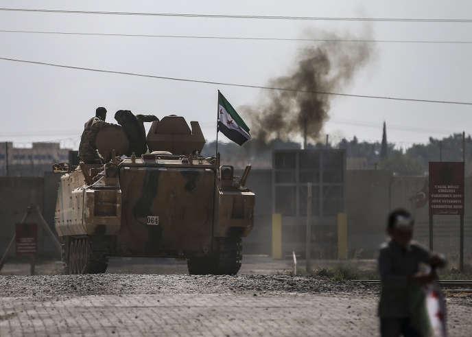 Des combattants syriens, soutenus par la Turquie, dans un véhicule blindé près de la frontière syrienne, à Akcakale, dans la province de Sanliurfa, au sud-est de la Turquie, le vendredi 18 octobre 2019.